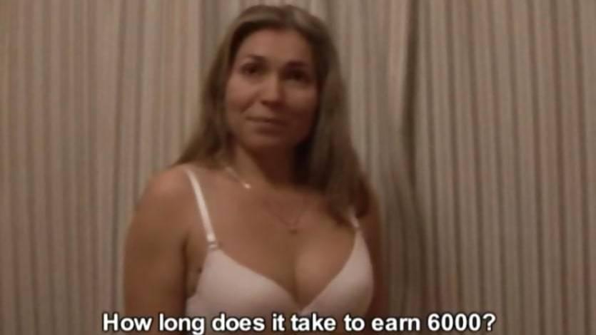 Zralá žena ve vaně prcá