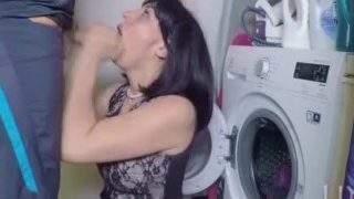 maminku oprcá, když čumí do pračky
