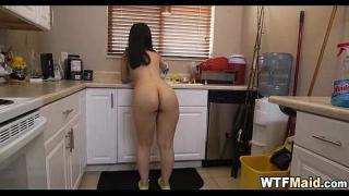 Moje služka uklízí u mě v kuchyni